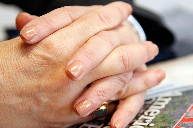 Strzelanie palcami u rąk – to może być jeden z objawów artretyzmu!